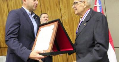 Otorgaron medalla Mérito Comuneros  al profe Blas Servín