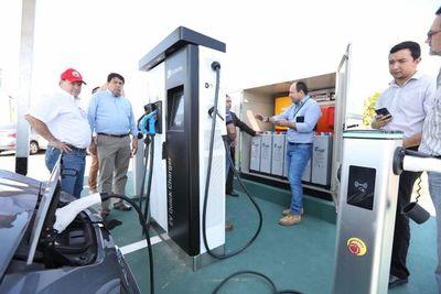Con energía solar afianzan estación de la carga eléctrica