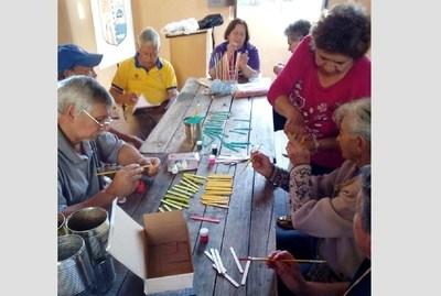 Abuelitos elaboran pandorgas y pelotas para niños, instando a cambiar pantallas digitales por juegos al aire libre