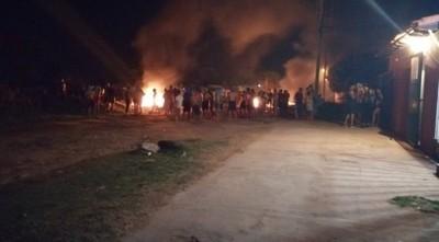 Atropellan y prenden fuego a la sede la Armada en Itá Enramada