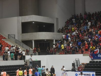 Enfrentamiento entre hinchas de Cerro Porteño y Olimpia en final de futsal