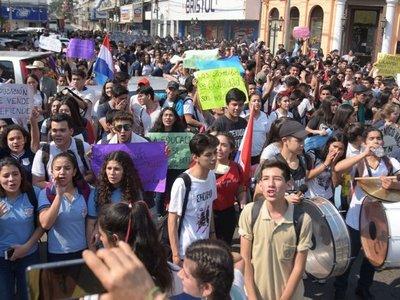 Con multitudinaria marcha, alumnos logran que Hacienda analice reclamos