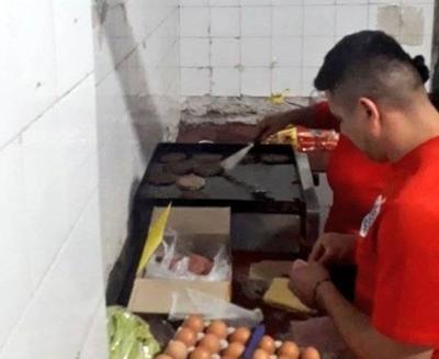 HOY / Robaron hamburguesas y como 'castigo' son obligados a cocinar para los policías