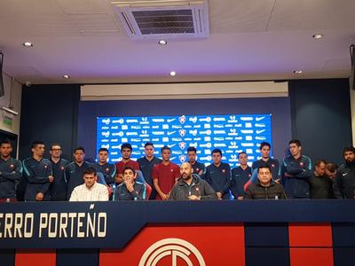 Raúl Zapag y los jugadores de Cerro futsal en conferencia de prensa