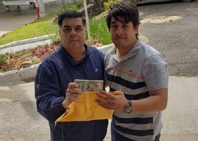 Trabajador de aerolínea devuelve USD 10 mil a pasajero