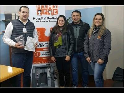 Familiares de niña fallecida por problemas respiratorios, dona concentrador de oxigeno portátil