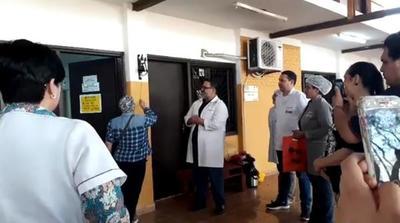 Primera paciente que toca la campana en centro oncológico