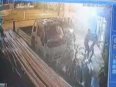 Vídeo: Joven empujó a su novia frente a un coche y ella murió