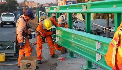 Se instalaron los primeros metros de nuevas barandas en viaducto de 4 Mojones