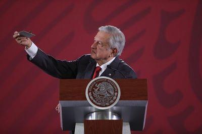 López Obrador muestra cámara espía hallada en el Palacio Nacional de México