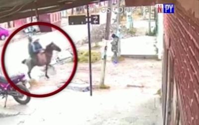 Malvivientes ahora asaltan a caballo