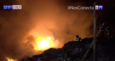 Incontrolable incendio en fábrica de plásticos