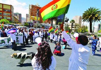 Tras diez y siete días de huelga Gobierno y médicos en Bolivia abren posibilidad de diálogo