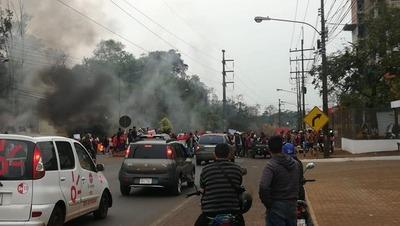 Invasores de exfinca de Stroessner cierran calle y queman cubiertas