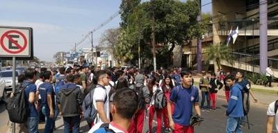 HOY / Secundarios se movilizan por más rubros de educación y  amenazan con paro nacional