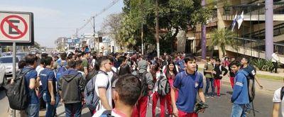Alumnos continúan con manifestación