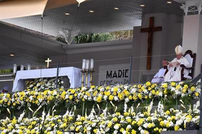 El papa pide poner a los jóvenes al centro de la sociedad en misa en Mauricio