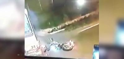 Pareja casi muere tras chocar contra un bus