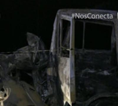 Joven impacta su automóvil contra camión y muere calcinado