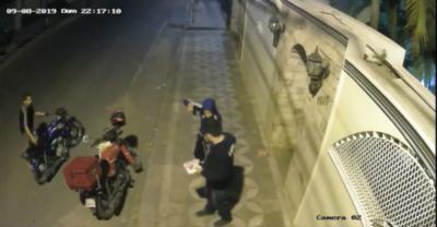 HOY / Cobarde asalto de motochorros a un delivery