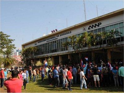 Tras acuerdo, paseros tomaron por asalto   depósito aduanero de CDE