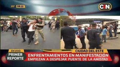 Paseros se enfrentan a policías y militares en Aduanas de CDE