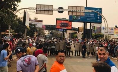 Enfrentamiento entre paseros y policías en Aduanas