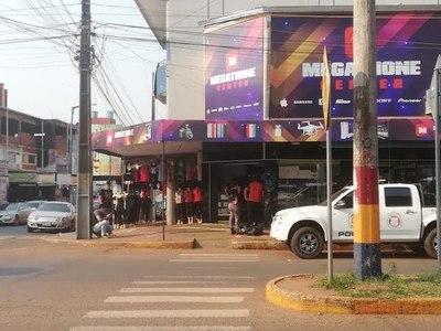 UNA MÁS DE MEGATHONE: TURISTA RECLAMÓ QUE APARATO NO FUNCIONABA E INTERVINIERON COMERCIO