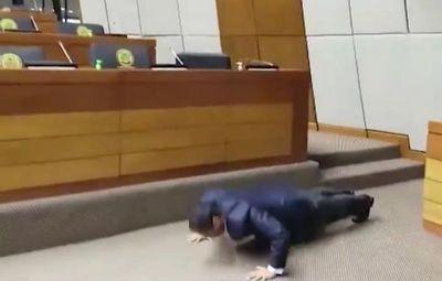 """Diputado hace flexiones """"esperando"""" a sus colegas"""