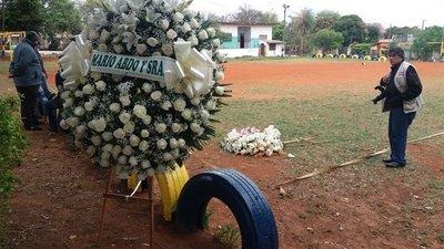 Familiares de comisario asesinado tiran coronas de flores enviadas por Abdo y Villamayor