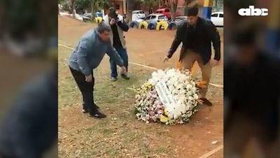Familiares de comisario Ferrari rechazan corona de flores de Abdo Benítez y del ministro del Interior