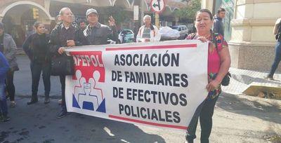 Madres y esposas de policías piden destitución de Villamayor