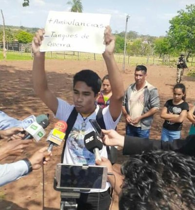 Guardia de Mario Abdo rompe carteles de joven manifestante