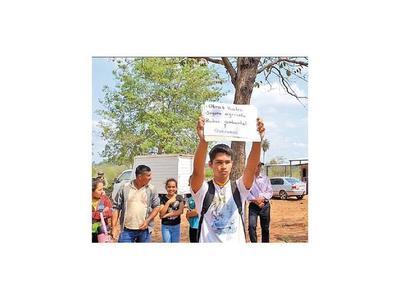 Militar arranca cartel a un estudiante