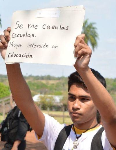 REP destruye cartel de un joven manifestante