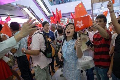 Hong Kong vive escenas tensas por enfrentamientos entre manifestantes