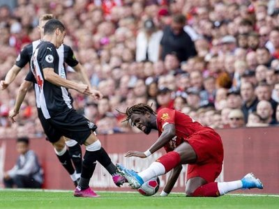 Mané y Firmino evitan un susto contra el Newcastle de Almirón