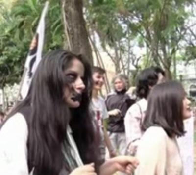 Universitarios se disfrazan de zombies para evidenciar fallas