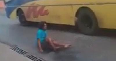 Atacó a piedrazos  a varios vehículos