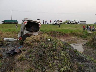 Dos hombres fallecen tras vuelco de vehículo en Misiones