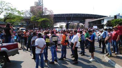 """Cierran paso fronterizo en CDE: """"que se vaya Villamayor"""", el pedido unánime"""