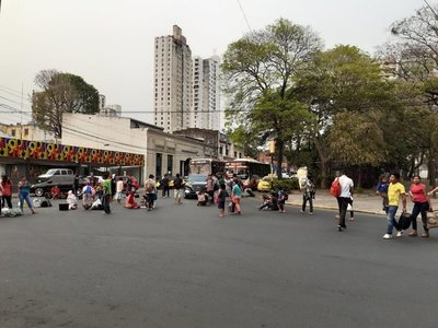 Nativos cierran calle a la altura de Plaza Uruguaya: acusan plan de despojo de sus tierras