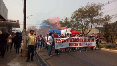 Docentes cierran Mcal. López en reclamo de nivelación salarial