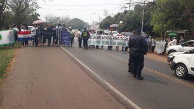 Docentes y estudiantes cierran ruta PY02 en Coronel  Oviedo