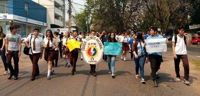 Estudiantes cierran avenidas en Asunción
