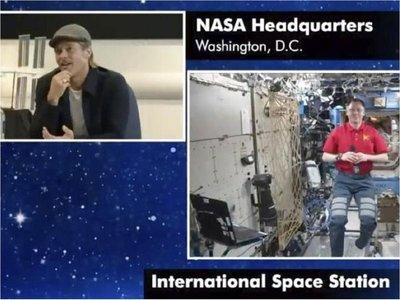 """Brad Pitt a astronauta de la EEI: """" ¿Quién fue mejor yo o Clooney?"""""""