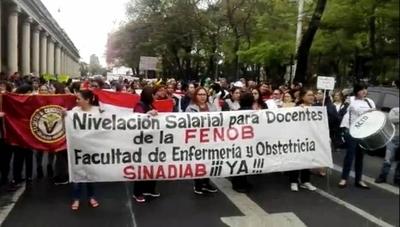 HOY / Paro UNA: docentes y estudiantes marchan hasta el Ministerio de Hacienda