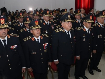 Comandante desmiente versiones de 'brazos caídos' entre policías