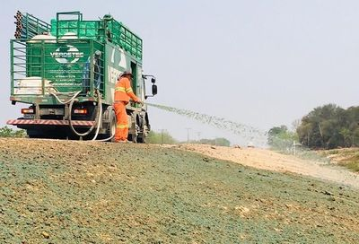 Hidrosiembra para evitar la erosión en la Ruta Bioceánica