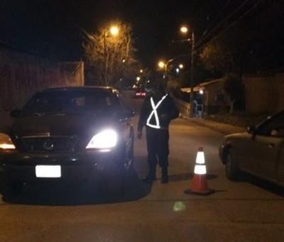 Policías salen a las calles para desacreditar versiones de 'brazos caídos'